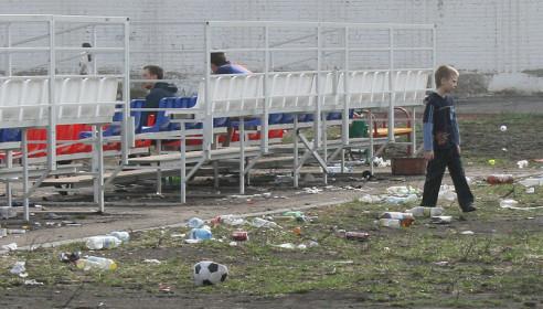 Стадион школы №36 завален мусором