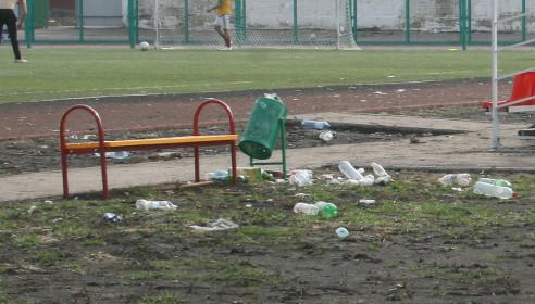 Мусорные урны на стадионе не убирали уже много месяцев