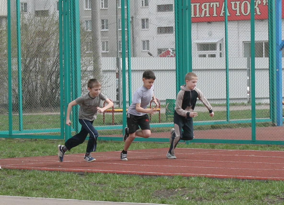 Ученики на уроке физкультуры