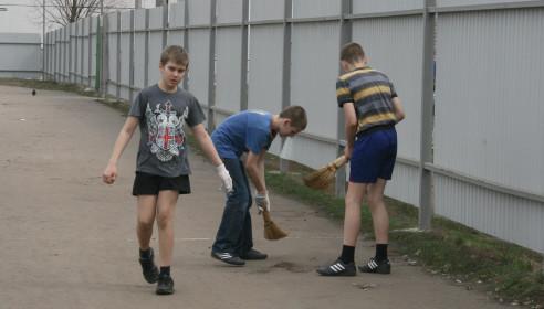 Уборка стадиона школьниками