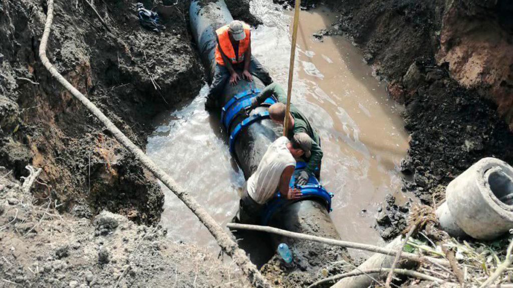 Работы на месте аварии на водоводе по Рылеева, 63/1. Фото пресс-службы ТКС