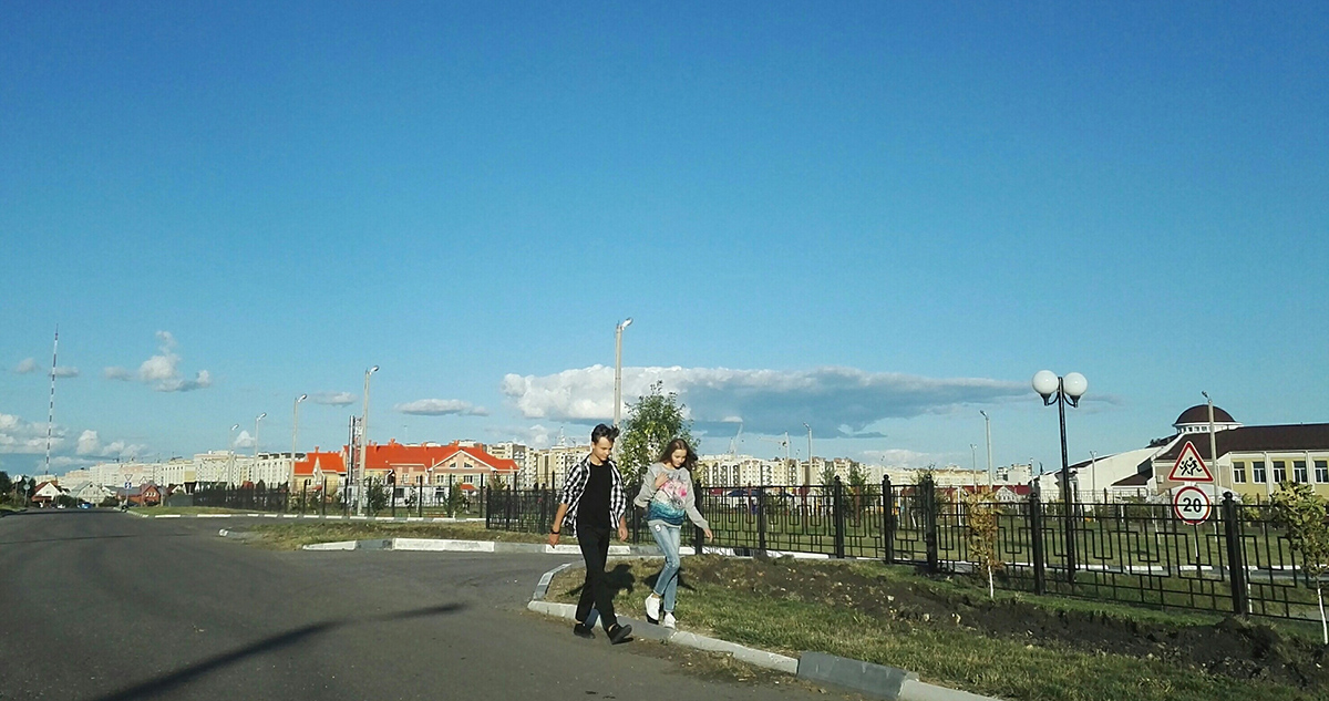 Пешеходы в Радужном вынуждены идти по проезжей части