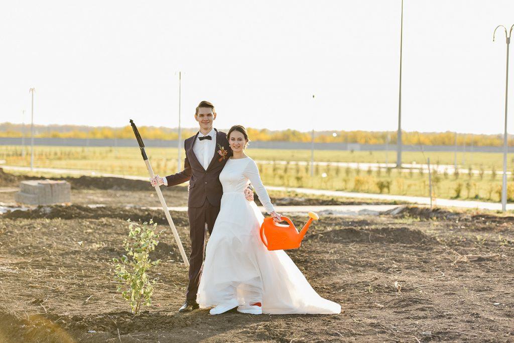Анна и Илья Топильские закладывают Аллею молодоженов в Олимпийском парке. Фото Дмитрия Юрова