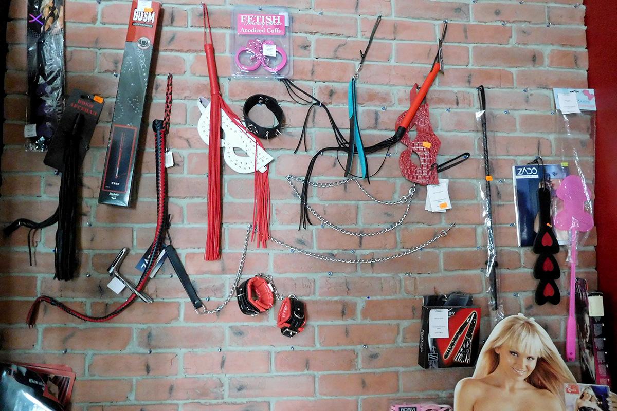 Плетки, наручники и другое. Фото Надежды Шурховецкой