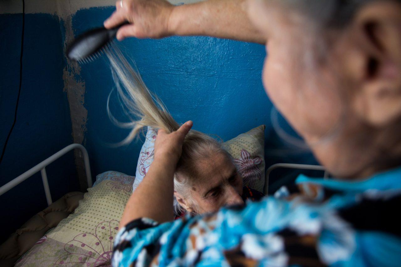 Татьяна Александровна помогает Марье Анатольевне (85 лет) Фото: Кристина Сырчикова для ТД