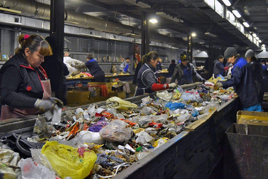 Сортировка мусора на КомЭк, фото Александра Смолеева