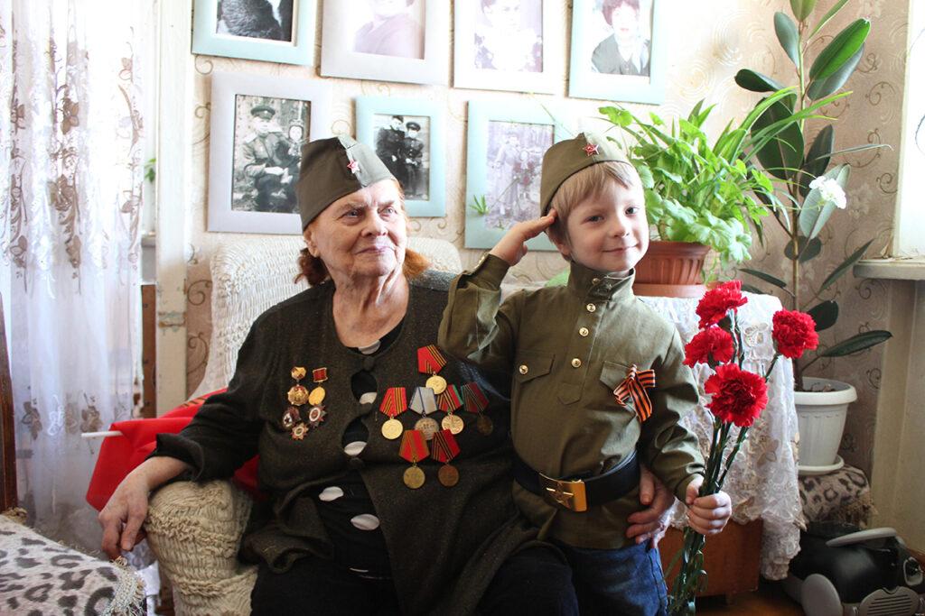 Ветеран с внуком