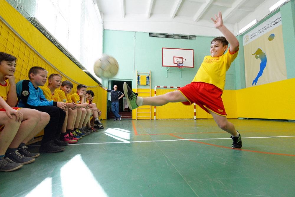 Урок футбола. Фото Rg.ru