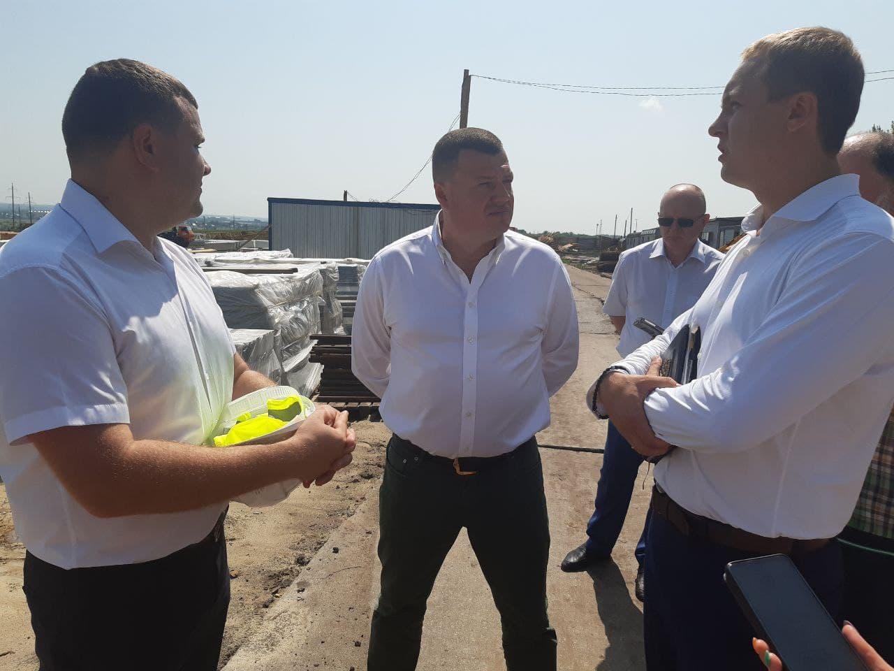 Губернатор Александр Никитин в центре на стройплощадке школы в Телецентре