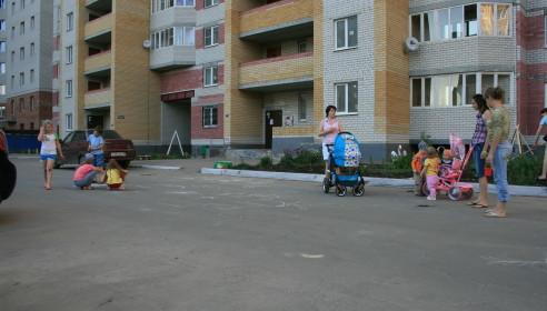 Выходя из подъезда жильцы многоэтажки попадают, сразу на проезжую часть
