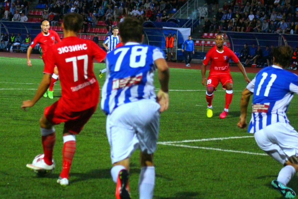 Денис Поярков (слева) забивает победный мяч