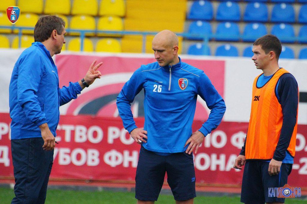 Андрей Талалаев (слева) что-то объясняет на тренировке Денису Пояркову (в центре). В итоге Денис - автор победного мяча. А Олег Чернышов не сумел отличиться, к сожалению пробив в каркас ворот.