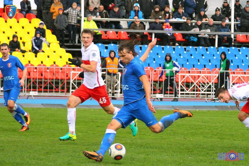 Максим Трусевич забивает, как потом выяснилось, победный мяч, который стал и единственным в матче. Фото Михаила Капитонова