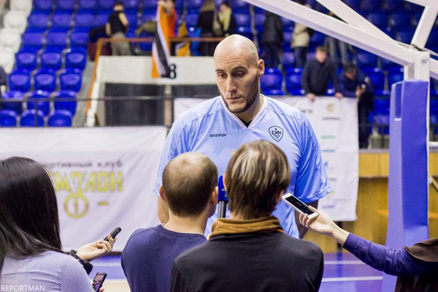 Экс-игрок НБА Павел Подкользин. Каждое его появление на площадке зрители встречали с оживлением.