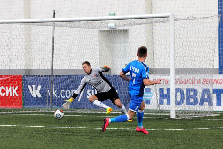 Роман Беляев отправляет второй мяч в сетку ворот Олега Смирнова