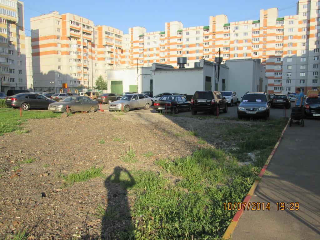 Во дворе домов 3 и 5 по улице Победы «находчивые» жильцы огораживают для себя территорию
