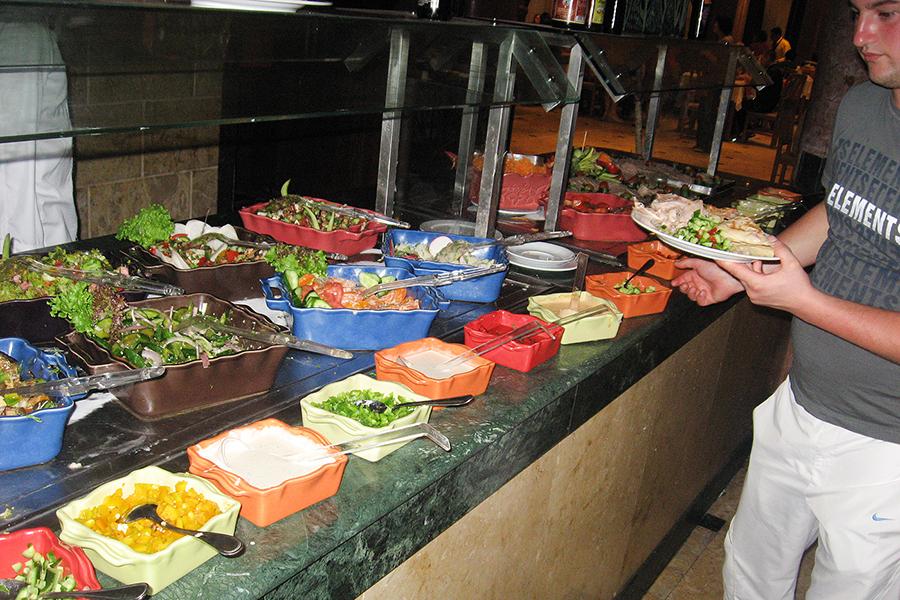 Такие салаты предлагают туристам в одном из отелей