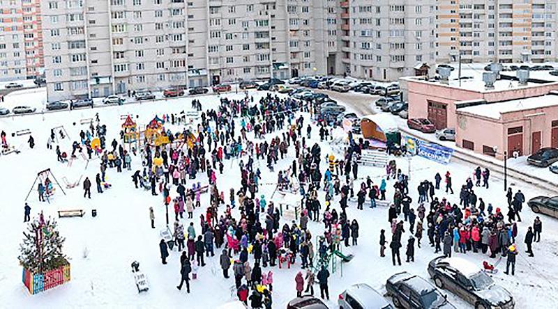 Праздник во дворе Московского микрорайона