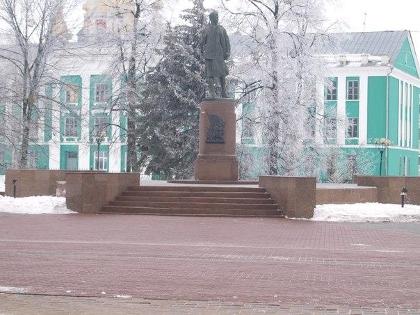 памятнике Зое