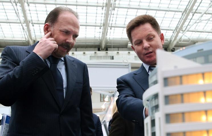 Министр строительства и жилищно-коммунального хозяйства РФ Михаил Мень (слева). Фото ТАСС.