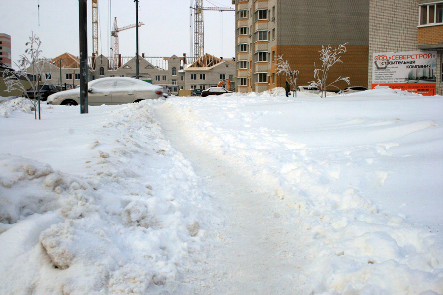 Тротуары завалило снегом