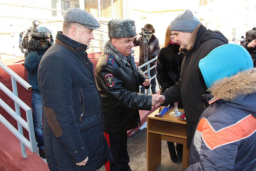 Александр Никитин и генерал-майор полиции Юрий Кулик вручили ключи десяти первым семьям сотрудников полиции и ветеранов ОВД от новых квартир в доме 34Б по улице Чичерина.