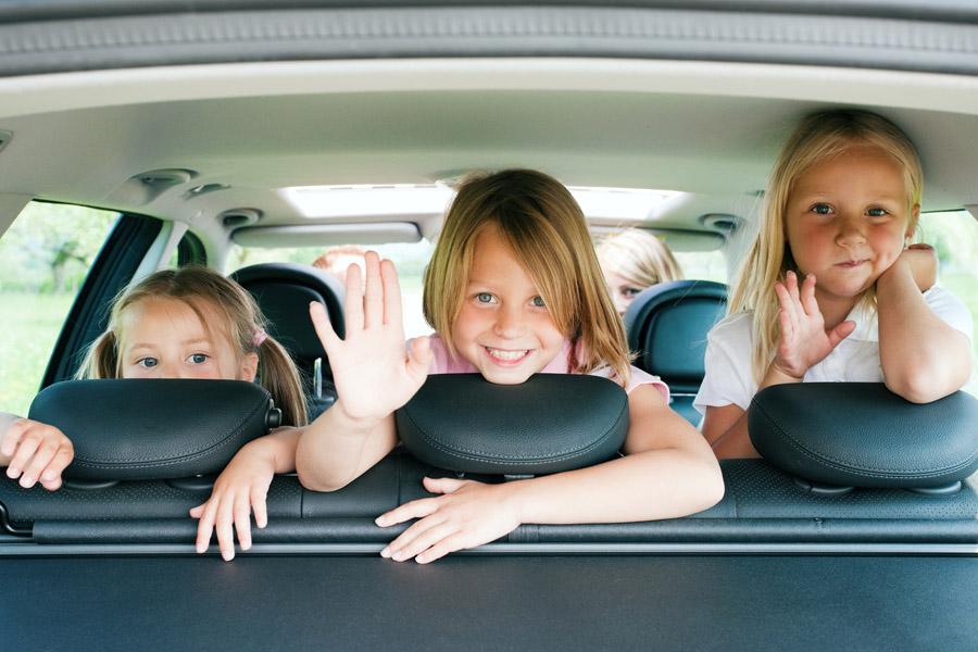 Многодетная семья в авто