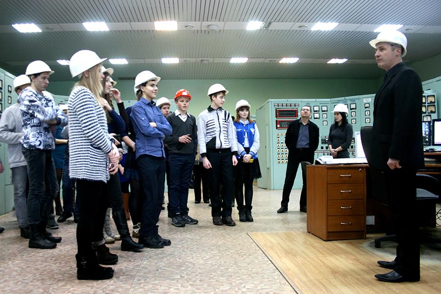 Игорь Лимонов рассказывает ученикам о работе щита управления