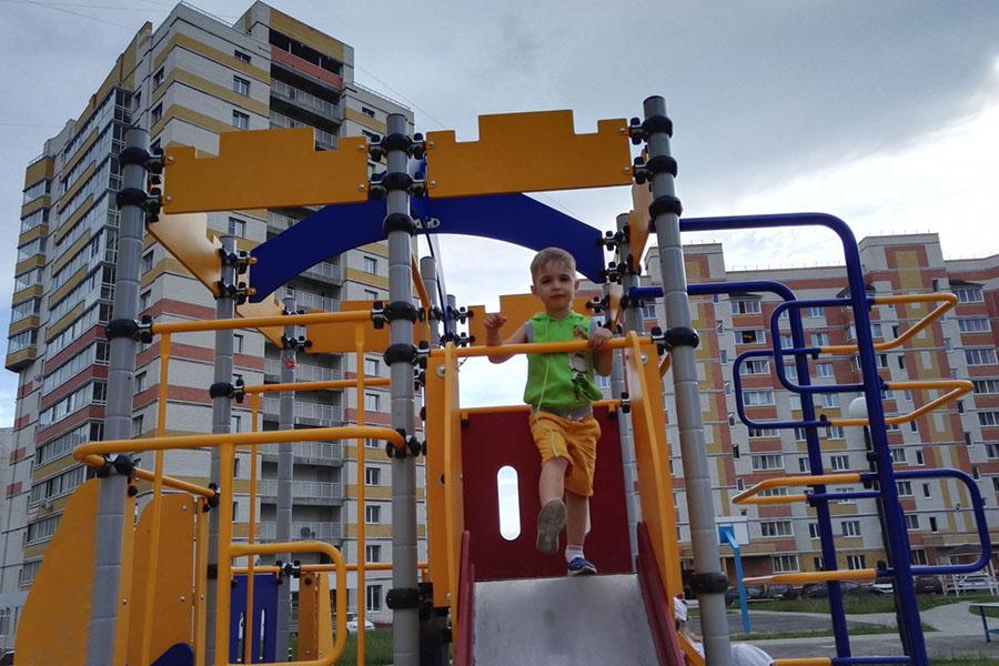Двор, детская площадка на Агапкина