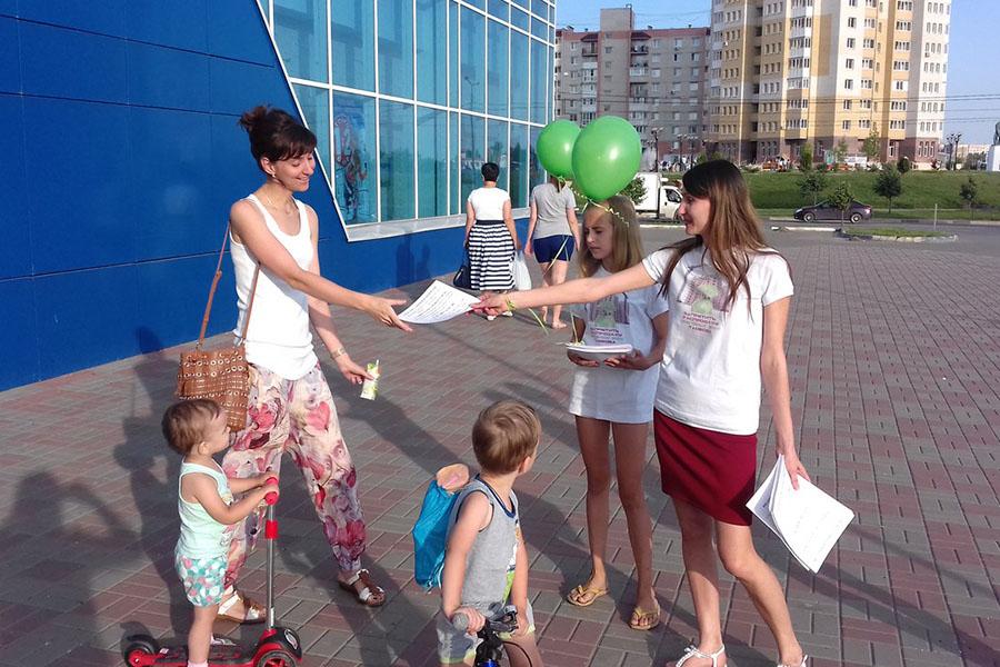 Раздача листовок. Фото Ольги ВарламовойРаздача листовок. Фото Ольги Варламовой
