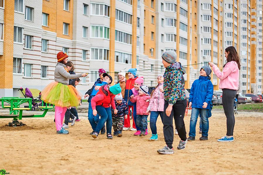 Дети играют во дворе на Сабуровской, фото Макса Малорадова