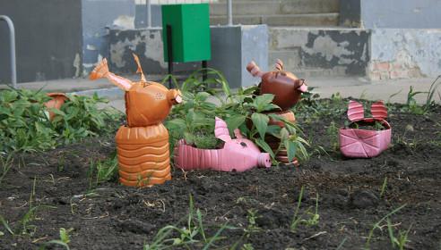 Элементы декора двора, выполненные из пластиковых бутылок