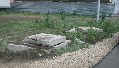 Колодцы закрыли бетонными плитами