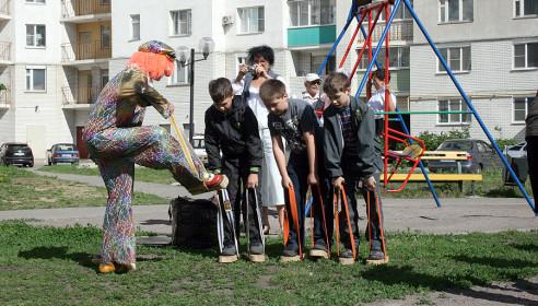 Клоун рассказывает детям правила участия в эстафете