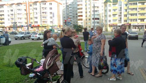 Женщин с детьми обкидали бутылками