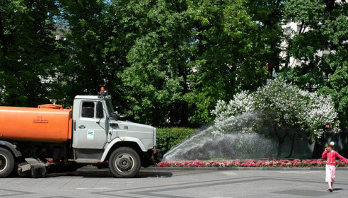 Должны ли летом поливать дворы жилых домов