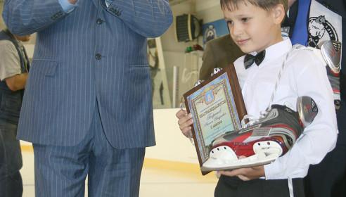 Бетин вручает приз победителю