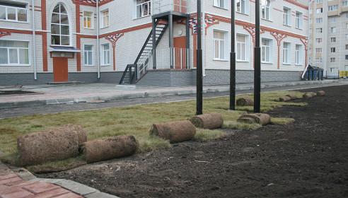 Укладка газона вокруг детсада