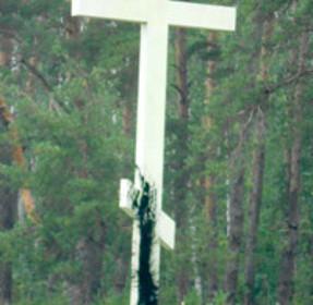 Поклонный крест облили черной краской