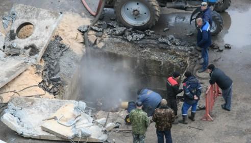 КамАЗ провалился в яму на севере Тамбова