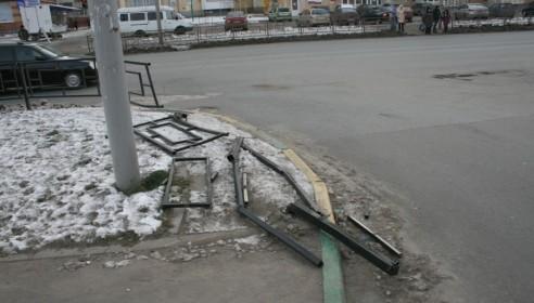 На улице Чичерина покорежили новые пешеходные ограждения