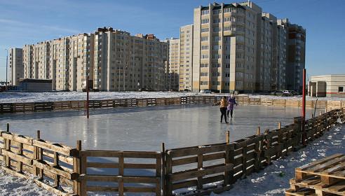 Энтузиасты залили ледовый каток в микрорайоне Московский