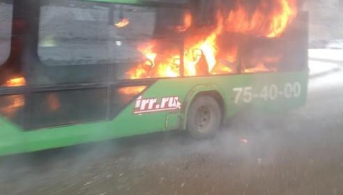 На севере Тамбова полностью сгорел троллейбус. Фото tmbv.info