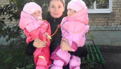 Яна, беременная вторыми близнецами, держит на руках старших дочек
