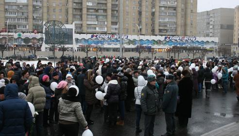 Всем митингующим раздавались белые шары