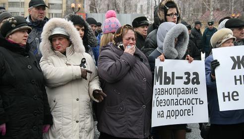 Люди, пришедшие на митинг в память о погибших ребятах