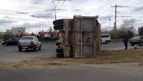 Грузовик с песком перевернулся на Мичуринской в Тамбове 23 апреля 20013