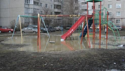Игровую площадку на Чичерина,40 затопило