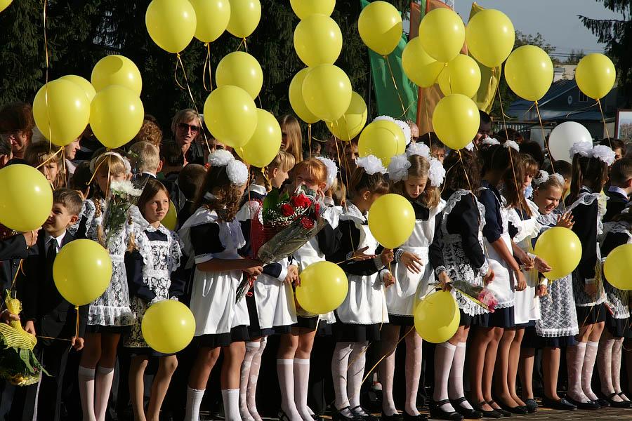 Школьники с шарами