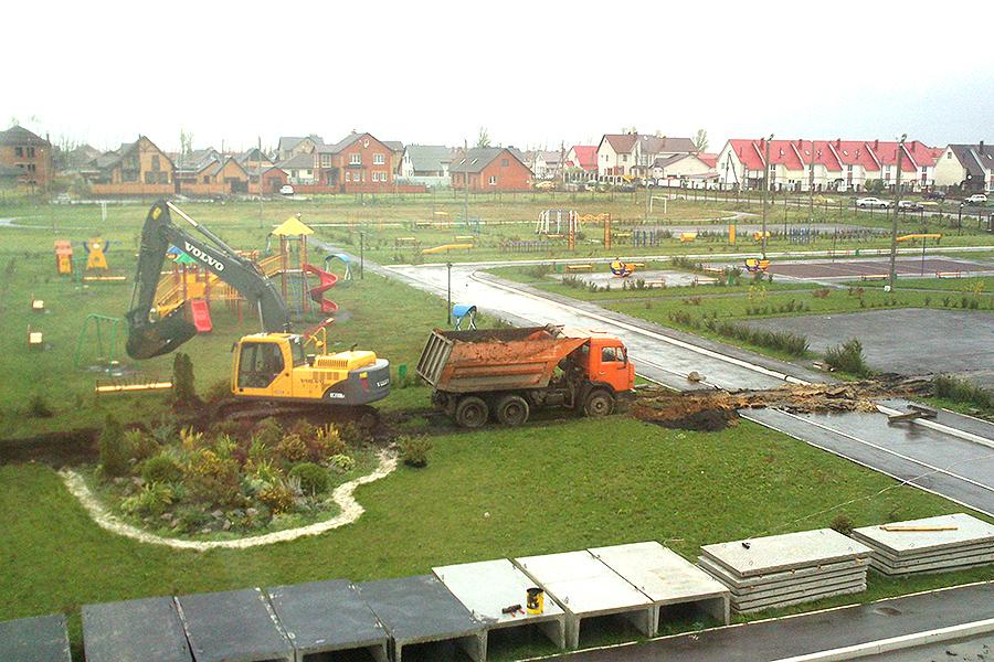Двор в школе в Радужном обещают восстановить
